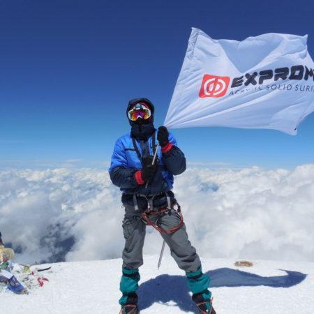 26.07.2013: Флаг компании Экспромт поднят на вершину горы Эльбрус (5642 м)